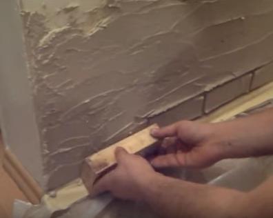 Имитация кирпичной кладки из шпаклевки своими руками